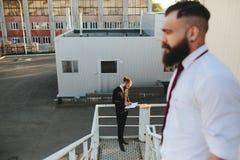 Dwa brodaty biznesmen patrzeje coś fotografia stock