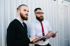 Dwa brodaty biznesmen patrzeje coś Obrazy Royalty Free