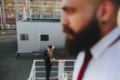 Dwa brodaty biznesmen patrzeje coś obraz royalty free