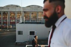Dwa brodaty biznesmen patrzeje coś fotografia royalty free