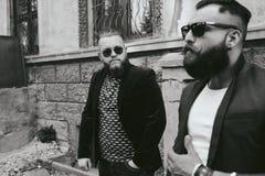 Dwa brodaty biznesmen patrzeje telefon Zdjęcia Stock