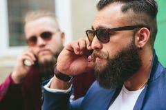 Dwa brodaty biznesmen patrzeje telefon Obrazy Stock