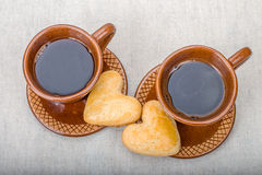 Dwa brown ceramicznej filiżanki kawy, domowej roboty ciastka Obraz Stock