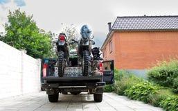 Dwa brudu roweru motocyklu z tyłu camo przewożą samochodem z saf Fotografia Royalty Free