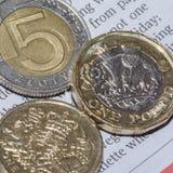 Dwa Brytyjski Jeden Funtowa moneta i Pięć Polscy złoty b Zdjęcia Stock