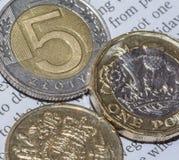 Dwa Brytyjski Jeden Funtowa moneta i Pięć Polscy złoty d Obrazy Royalty Free