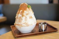 Dwa brzmień kakigori Japoński ogolony lodowy deserowy smak z choco fotografia royalty free