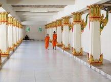 Dwa Buddist nowicjusza michaelita chodzi wzdłuż korytarza świątynia Zdjęcie Stock