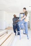 Dwa budowniczych opowiadać Fotografia Stock