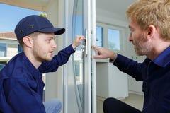 Dwa budowniczych pracownik z szklanym talerzem obraz stock
