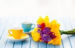 Dwa bukieta kwiaty i filiżanki kawy Zdjęcie Royalty Free