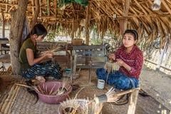 Dwa burmese kobiety wyplatają kosze outside Zdjęcie Royalty Free