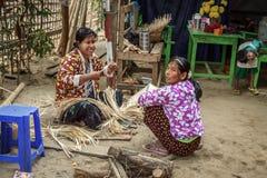 Dwa burmese kobiety wyplatają kosze outside Fotografia Royalty Free