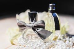 Dwa butelki żeński pachnidło 3 i perły obraz royalty free