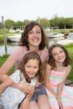 Dwa córki Śliczna młoda siostra na wakacje z matką zdjęcia stock