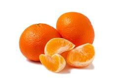 Dwa cały tangerine i obrani mandarynka plasterki odizolowywający na białym tle z cieniem obrazy stock