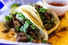 Dwa carne asada tacos z cilatro i cebula na kukurydzanych tortillas zdjęcia stock
