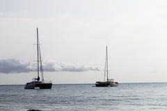 Dwa Catamaran żaglówki Przy Kotwicowym Koniec Hawaje Zdjęcia Stock