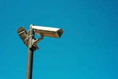 Dwa CCTV kamery bezpieczeństwa wspinającej się na wysokiej poczta Fotografia Royalty Free