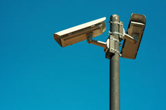 Dwa CCTV kamery bezpieczeństwa wspinającej się na wysokiej poczta Obraz Stock