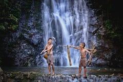 Dwa chłopiec śmiechu połów przy siklawy wsią Thailand Fishin zdjęcia royalty free