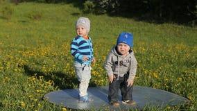 Dwa chłopiec bawić się w parku zdjęcie wideo