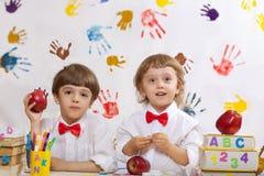 Dwa chłopiec bawić się wpólnie obrazy royalty free
