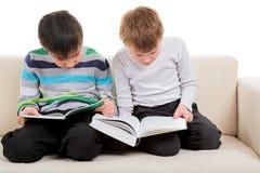 Dwa chłopiec czyta dużą książkę Zdjęcia Stock