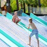 Dwa chłopiec ma zabawę przy woda parkiem Zdjęcia Royalty Free