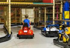 Dwa chłopiec na rekordowym samochodzie obrazy stock