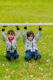 Dwa chłopiec opierającej na ogrodzeniu obraz stock