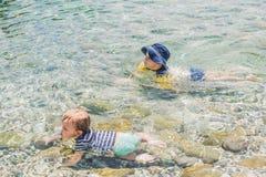 Dwa chłopiec pływa w morzu Zdjęcia Royalty Free