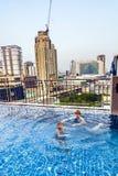 Dwa chłopiec pływanie w dachu basenie Fotografia Stock
