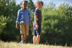 Dwa chłopiec patrzeje ciekawy zdjęcia royalty free