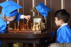 Dwa chłopiec początek gra szachy Zdjęcia Royalty Free