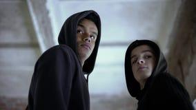 Dwa chłopiec przyglądającej z powrotem, przestraszony łapiącym dla popełniać przestępstwo, ostrożny fotografia stock