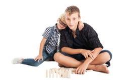 Dwa chłopiec z drewnianymi cegłami Fotografia Royalty Free