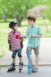 Dwa chłopiec spacer w miasto parku zdjęcia royalty free