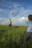 Dwa chłopiec szczęśliwa sztuka w piłce nożnej Zdjęcia Stock