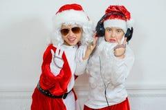 Dwa chłopiec udaje jest Zły Santa Fotografia Stock