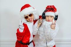 Dwa chłopiec udaje jest Zły Santa Zdjęcia Stock