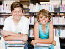Dwa chłopiec w bibliotece fotografia stock