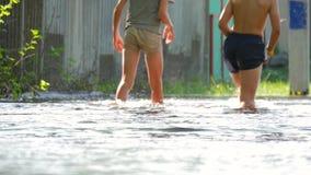 Dwa chłopiec wycieczkowicz krzyżuje rzecznego bród Dzieciaki krzyżuje lasowych rzecznych nagich cieki Przygoda w naturze zbiory