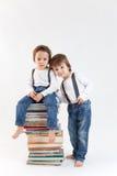 Dwa chłopiec z stosem książki Fotografia Stock