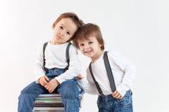 Dwa chłopiec z stosem książki Zdjęcie Stock