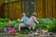 Dwa chłopiec Znajdują Wielkanocnych jajka Obrazy Stock