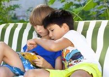 Dwa chłopiec Patrzeje katalog Obraz Stock