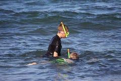 Dwa chłopiec snorkelling dla seashells Fotografia Stock