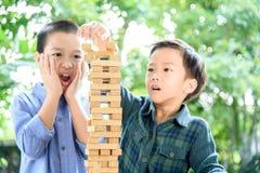 Dwa chłopiec sztuki bloku drewnianego wierza Zdjęcia Royalty Free