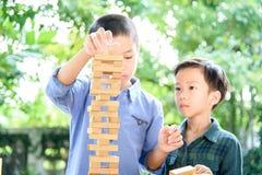 Dwa chłopiec sztuki bloku drewnianego wierza Obrazy Royalty Free